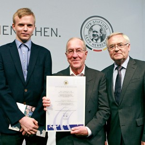 Bei der Preisverleihung: (von rechts) Stiftungs-Schatzmeister Horst R. Schmidt, Alfred Rietzler, Leiter des Hohenbrunner Inklusionsteams und Co-Trainer Dominik Busch